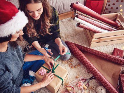 amigas a embrulhar presentes no chão