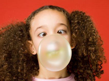 Perigos de engolir pastilha elástica