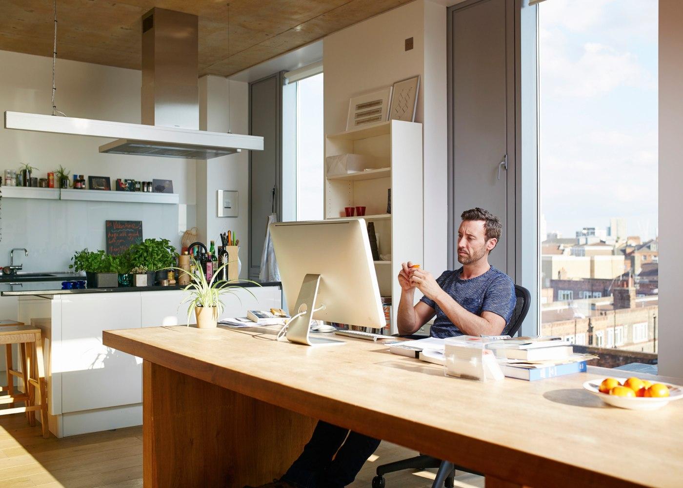 homem a trabalhar na cozinha com espaço de trabalho produtivo