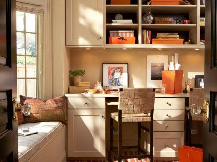 escritório improvisado em casa para ser um homem a trabalhar na cozinha com espaço de trabalho produtivo