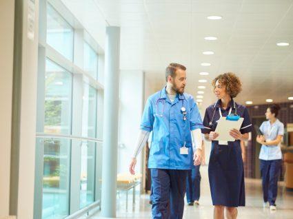 enfermeiros a caminhar no hospital