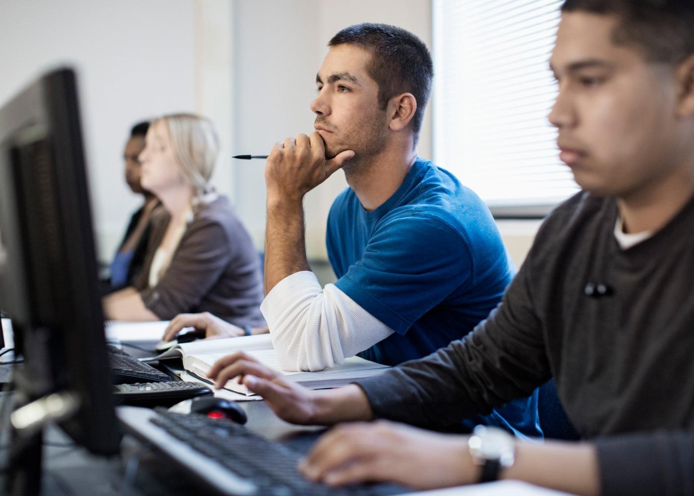 adultos em formação com computadores