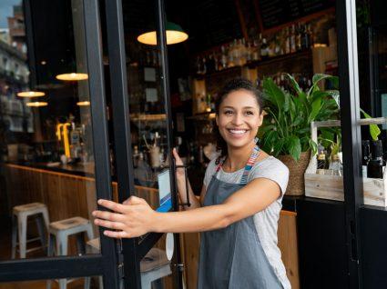 empregada de café no regime de trabalho por turnos