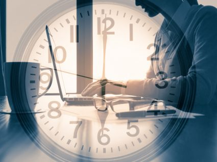 relógio a sobrepor imagem de trabalhadora a representar trabalho noturno