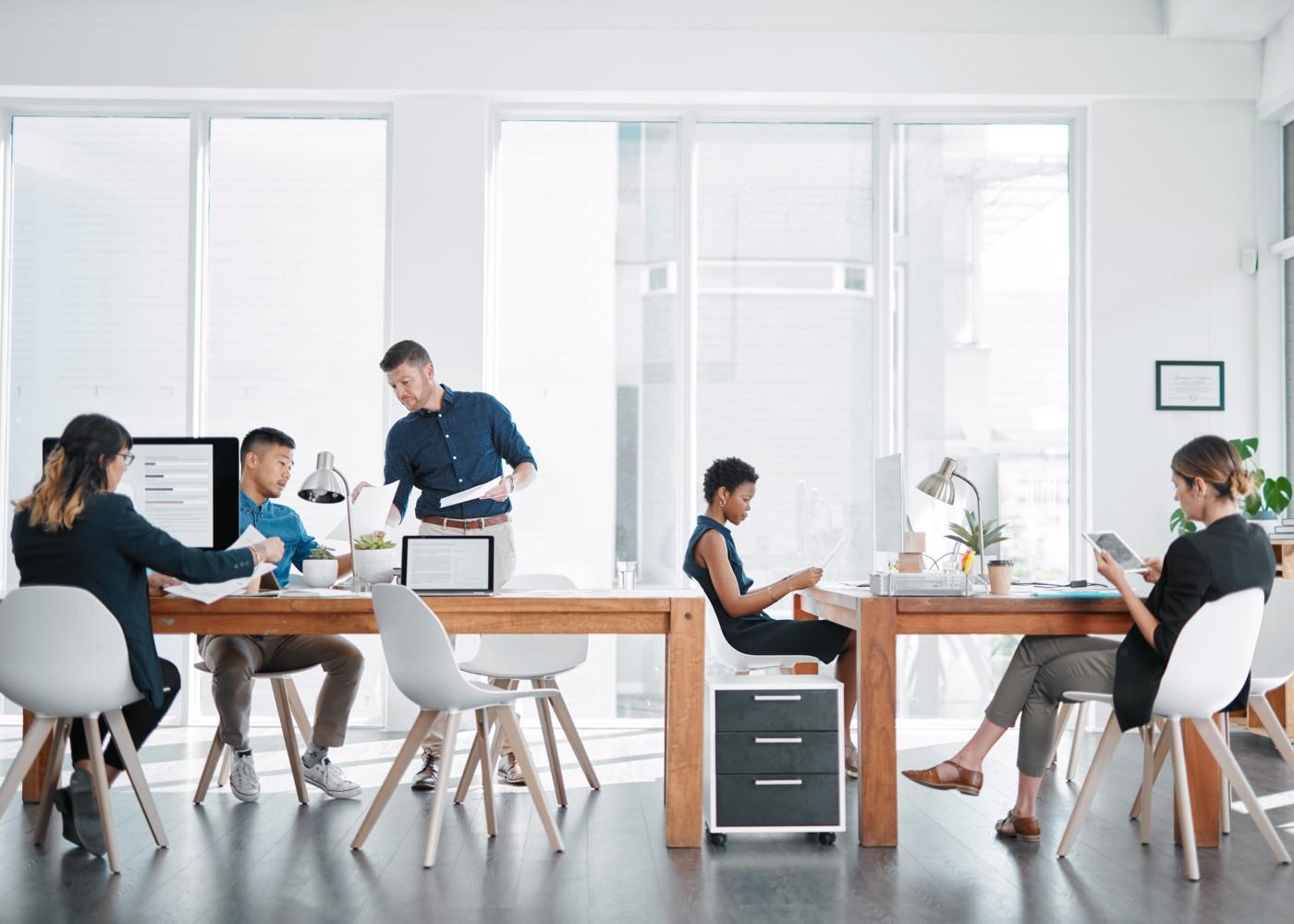 pessoas a trabalhar num escritório