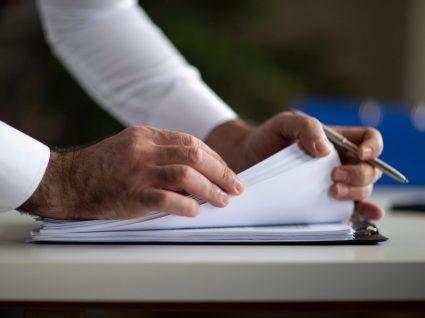 pessoa a consultar cláusulas no contrato sobre indemnização por despedimento