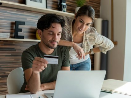 homem e mulher com cartão de crédito