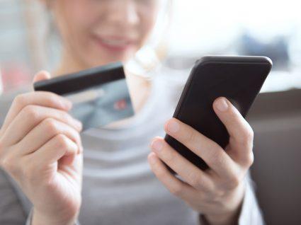 Fazer compras online com cartão de débito: 4 opções diferentes