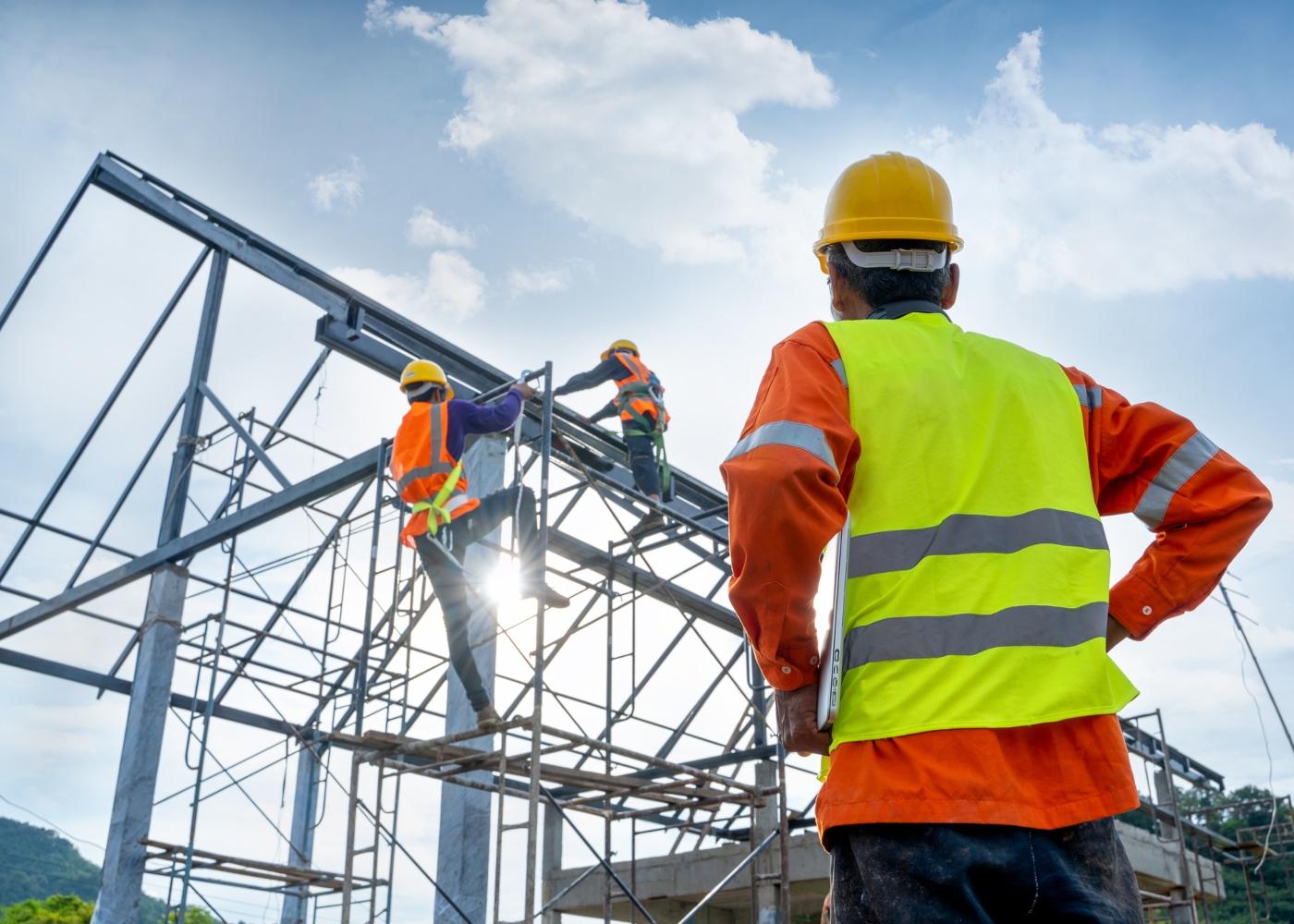 trabalhadores da construção civil numa obra