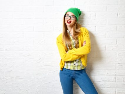 Jovem mulher vestida com as cores para usar no inverno
