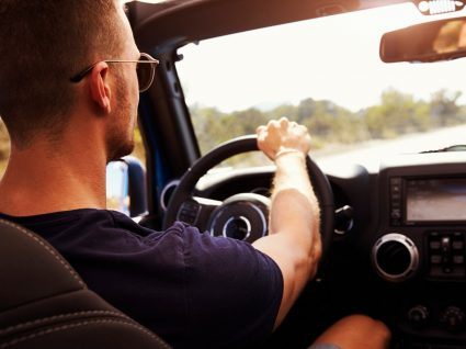 homem a conduzir sem apanhar multa por falta de condução