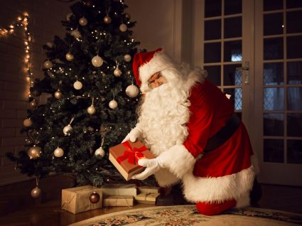 Pai Natal a distribuir presentes