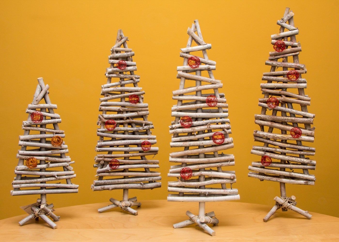 árvores de natal feitas de mini troncos