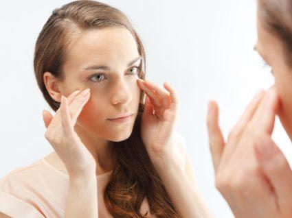 mulher a olhar-se ao espelho