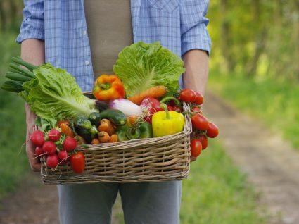 Homem com caixa de vegetais
