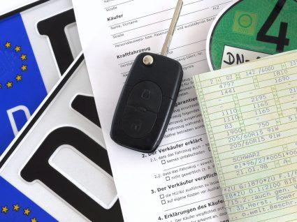 matrícula, documentos e chaves de um carro