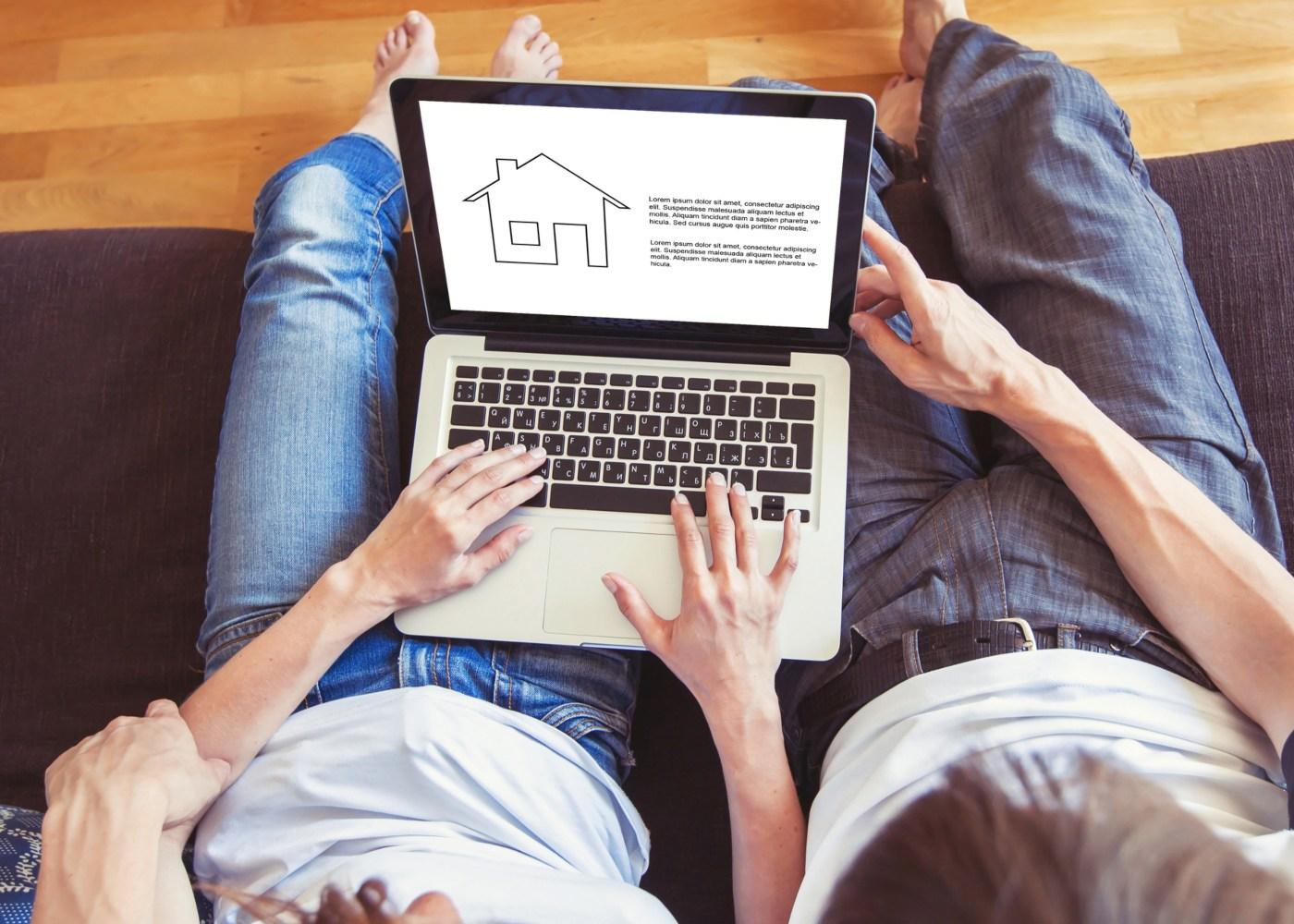 casal no sofá à procura de informações sobre casa