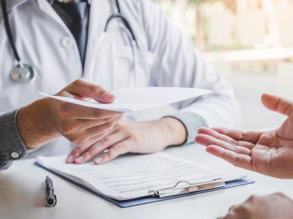 doutor a entregar atestado médico a utente