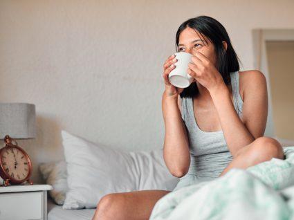 Mulher a beber café em jejum
