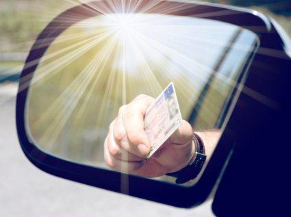condutor a mostrar carta de condução