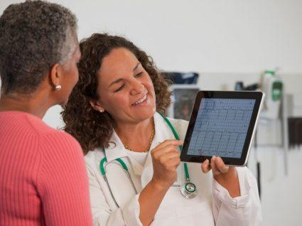 doente na junta médica a ver exames