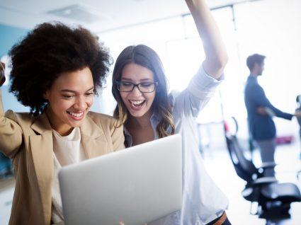 duas trabalhadoras a festejar bons resultados