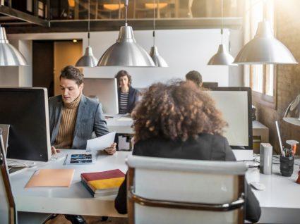 trabalhadores no escritório após mudar a categoria profissional