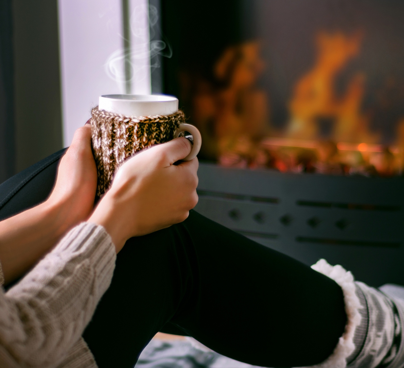 mulher bebe chá no inverno