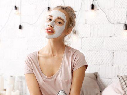 Mulher a utilizar máscaras de noite