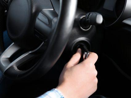 condutor com problemas no motor de arranque a tentar ligar carro com chave