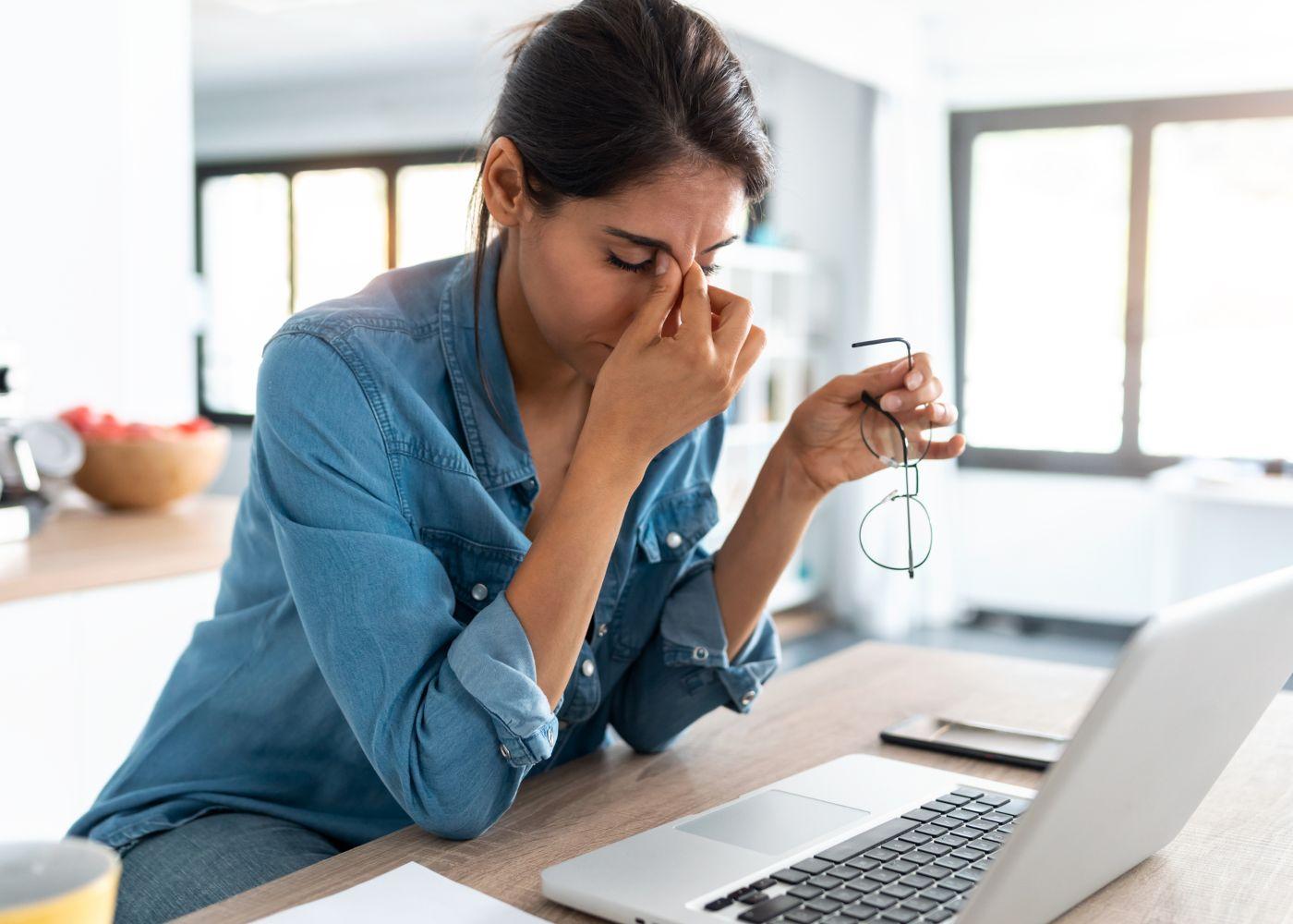 mulher a sentir stress no trabalho
