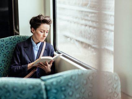 mulher com direito a subsídio de transporte a ir de comboio para o trabalho