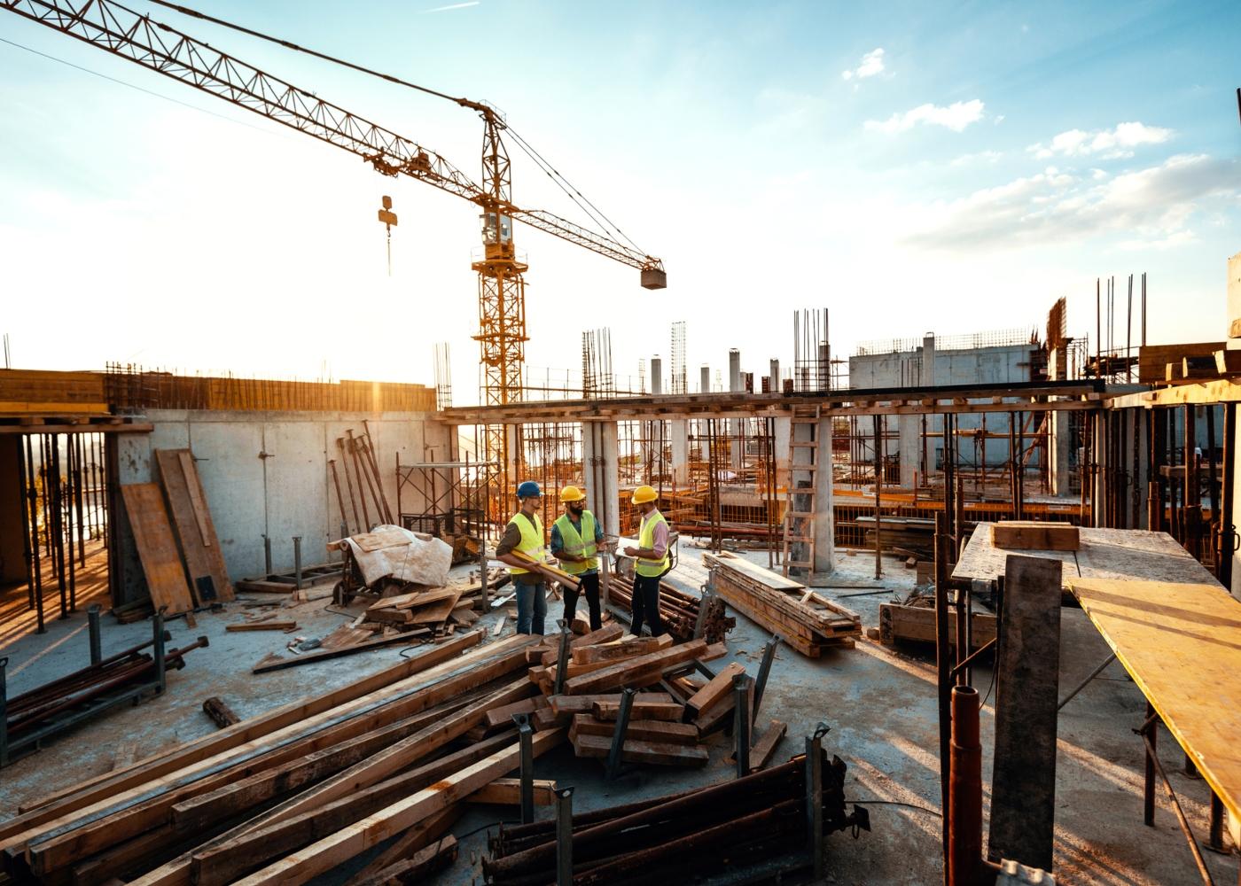 Engenheiros a trabalhar na construção de edifício