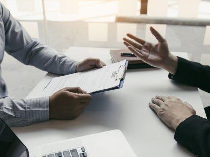 dois colegas a discutir avaliação de desempenho