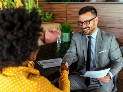 recrutador em entrevista de emprego a fazer perguntas a candidata