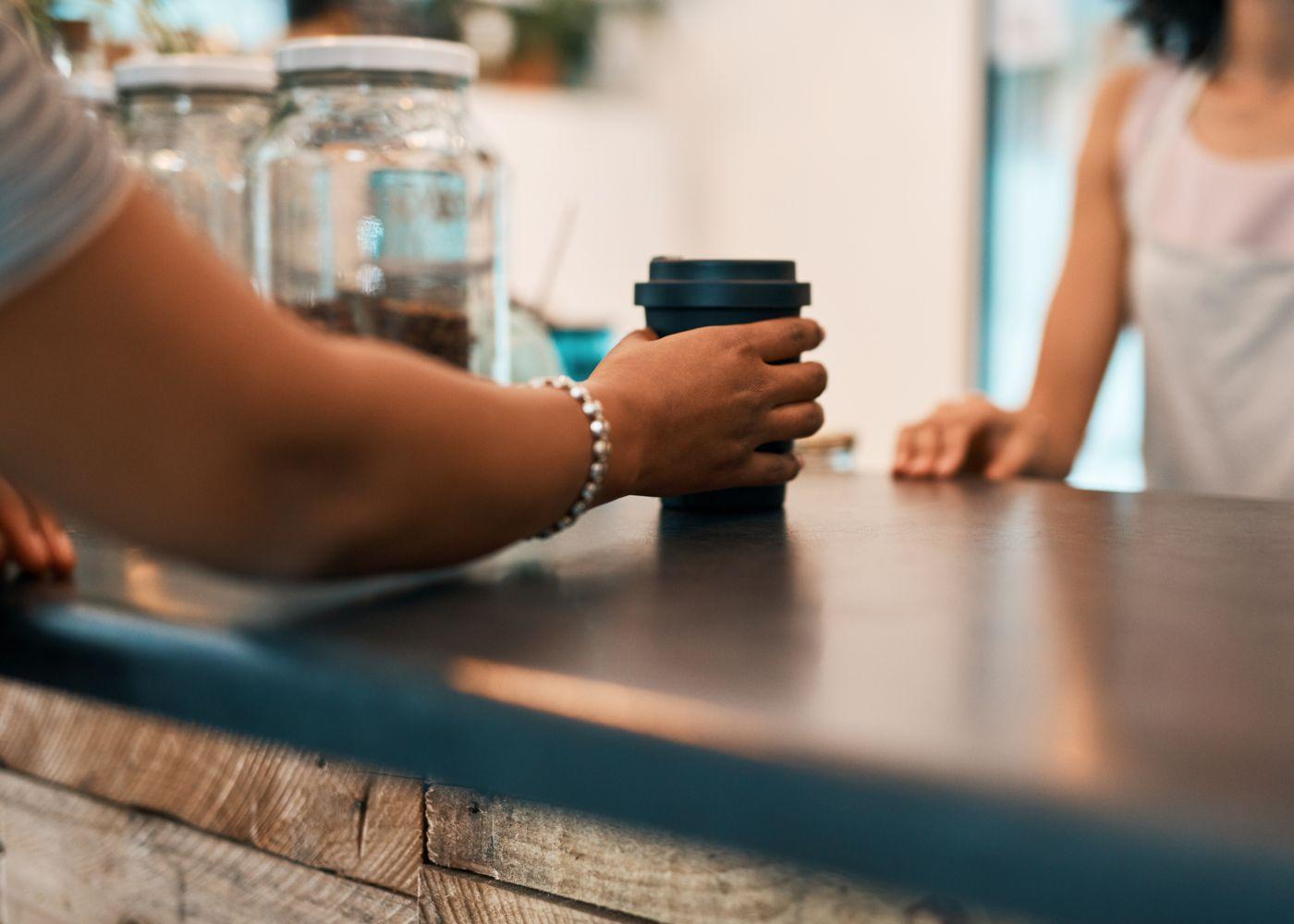 cliente a receber café