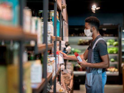 jovem com trabalho temporário num supermercado