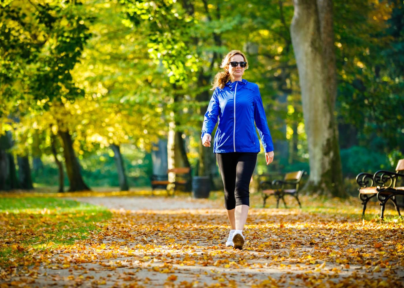 Mulher a caminhar para perder peso