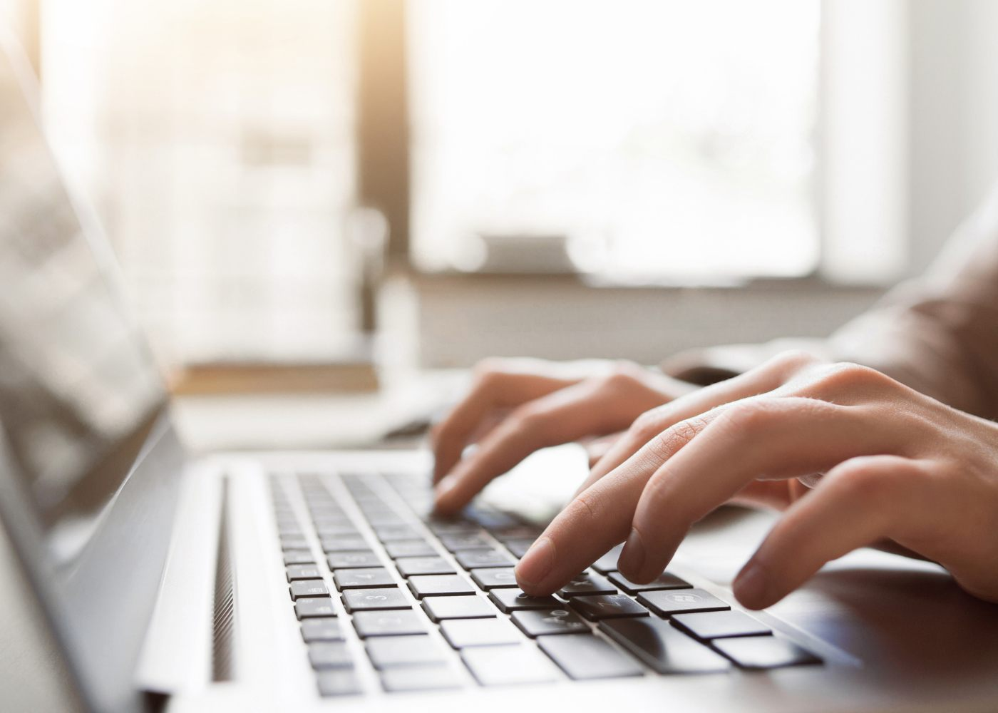 pessoa a escrever ao computador