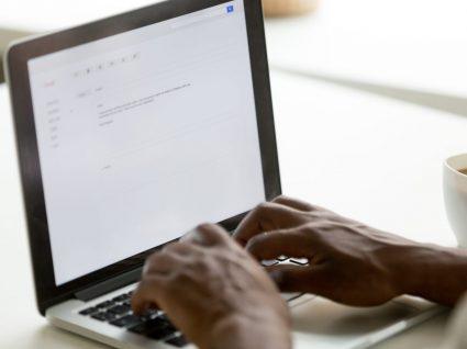 pessoa a escrever carta de demissão no computador