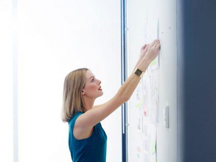 mulher a aplicar dicas de liderança