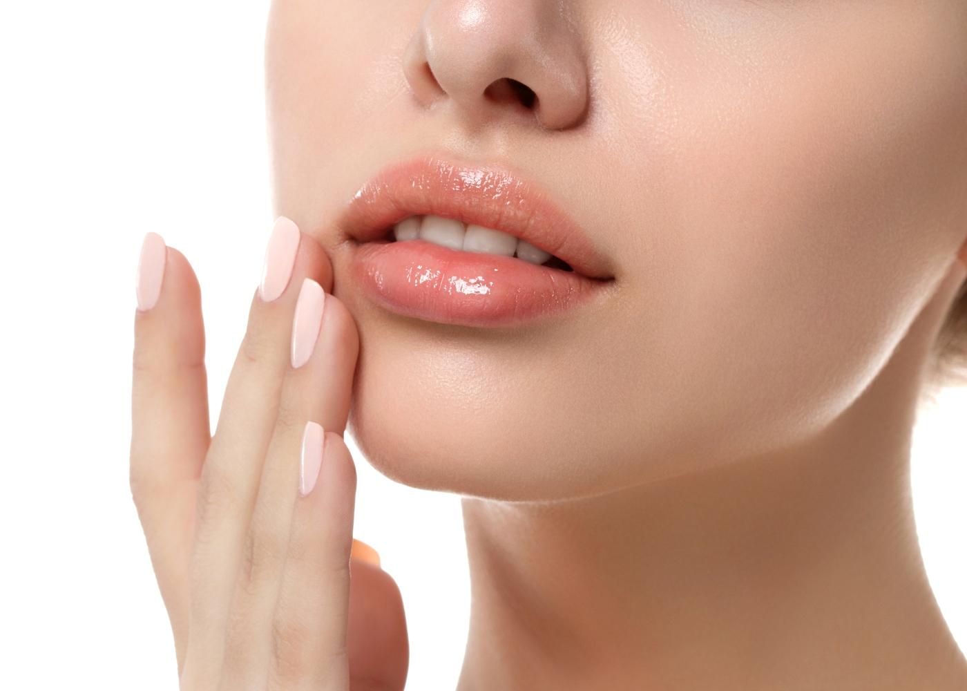mulher a esfoliar os lábios