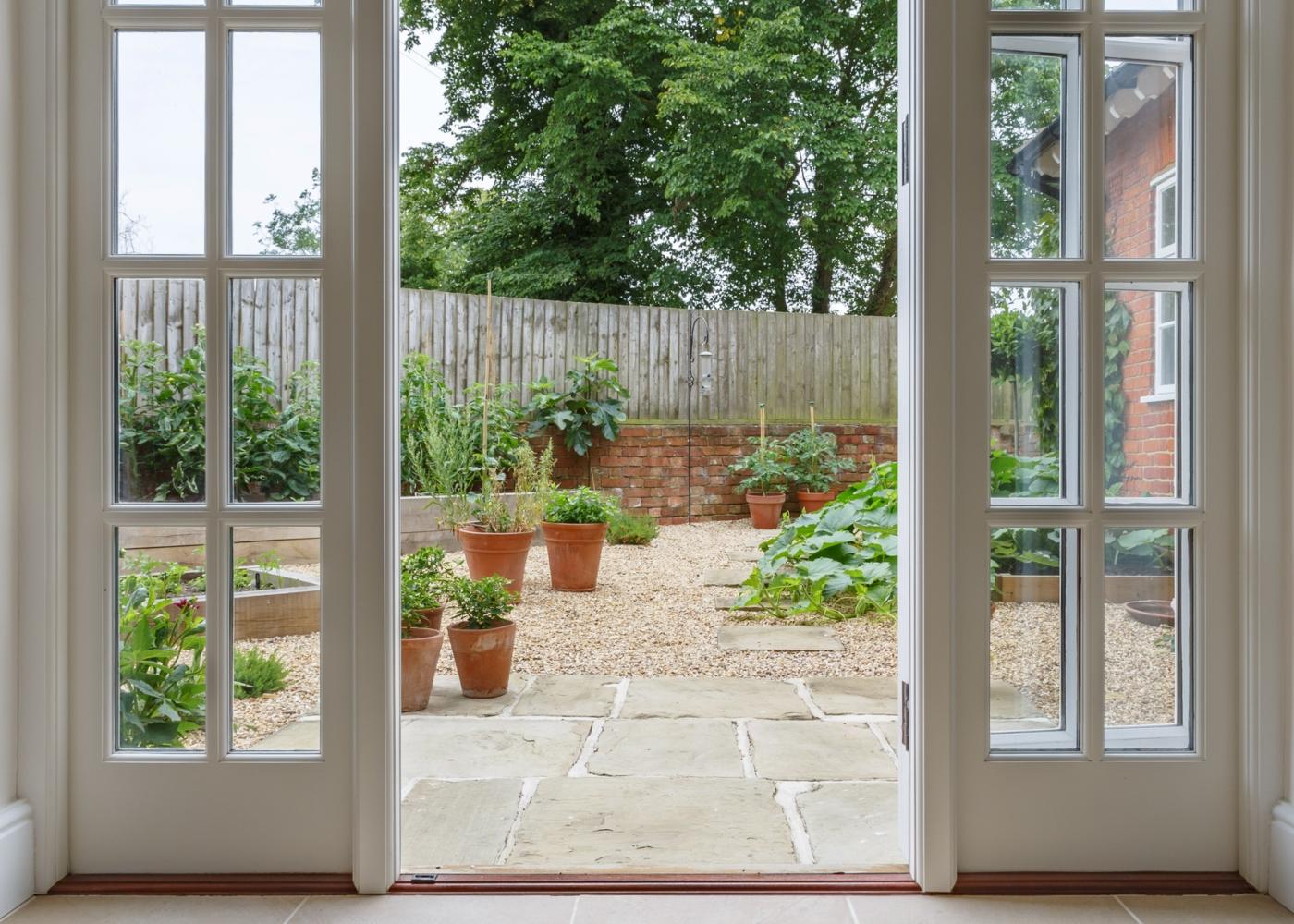 porta de casa a dar para jardim com horta