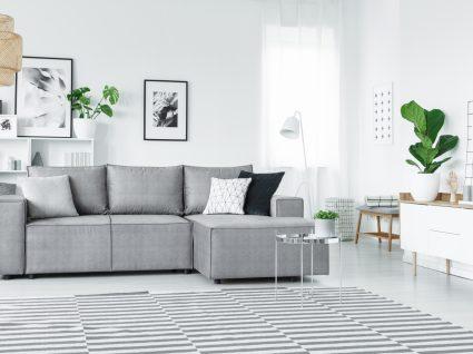 sala de estar pequena decorada em tons de branco e cinzento