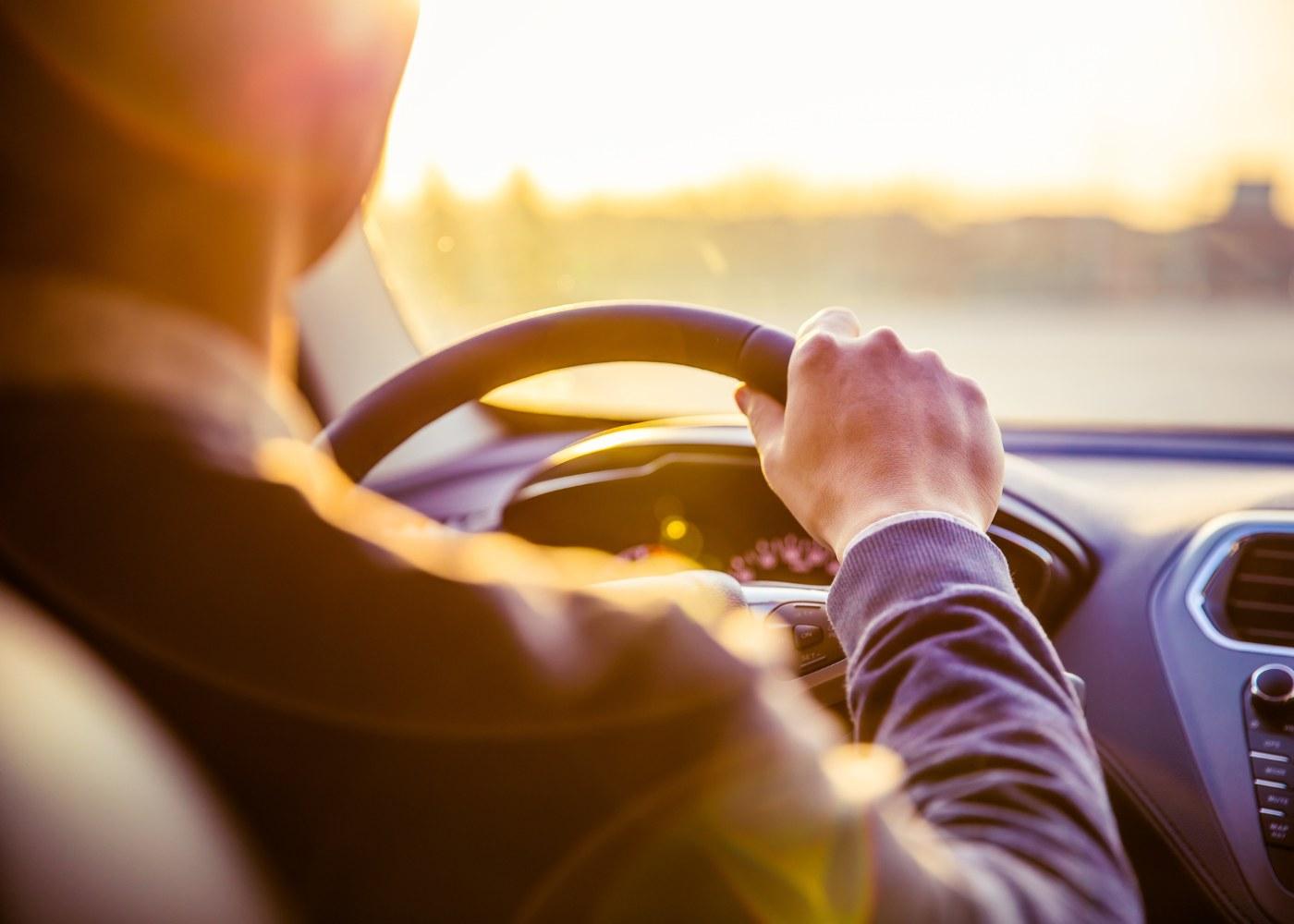 homem a conduzir carro a representar jovens condutores