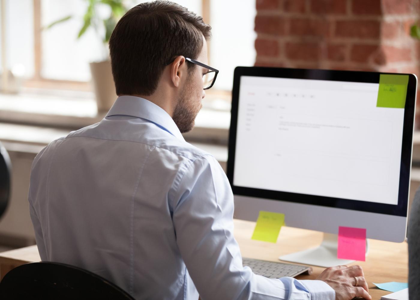 homem concentrado a trabalhar ao computador
