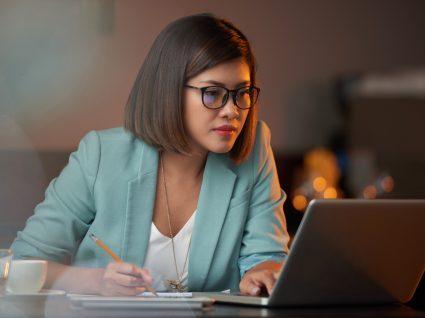 mulher concentrada a trabalhar