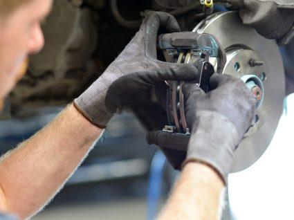 mecanico a mudar as pastilhas de travão de um carro
