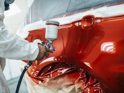 profissional equipado a pintar o carro