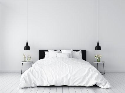 quarto branco com candeeiros pretos